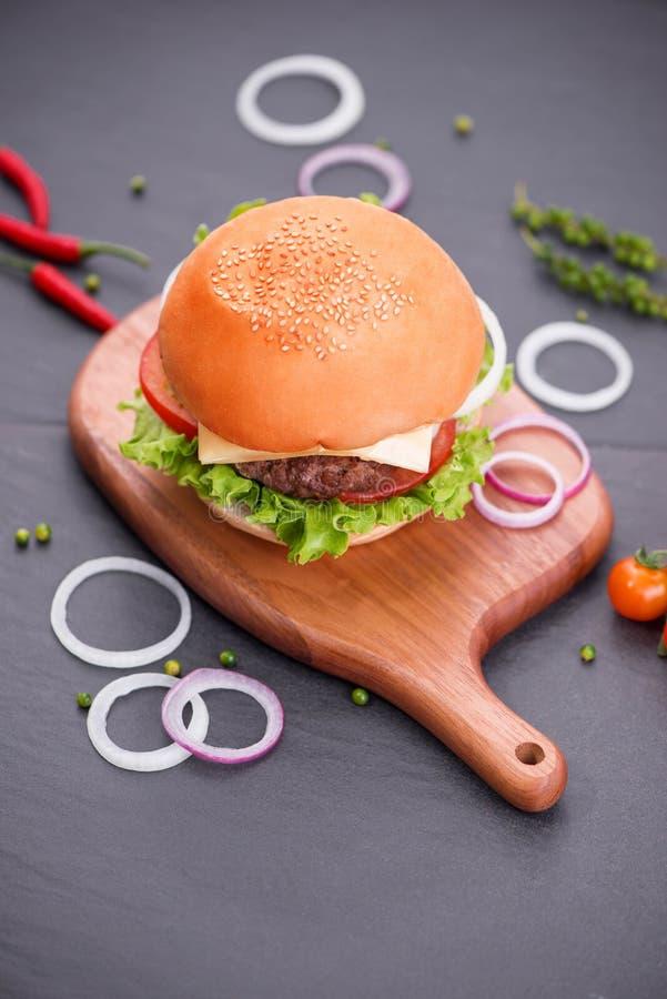 在桌上的自创汉堡 顶视图,拷贝空间,水平 库存图片