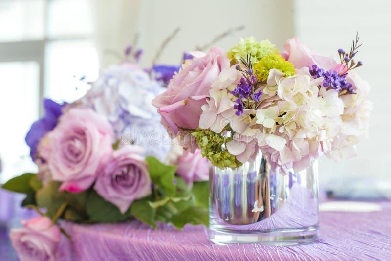 在桌上的花花束 免版税库存照片