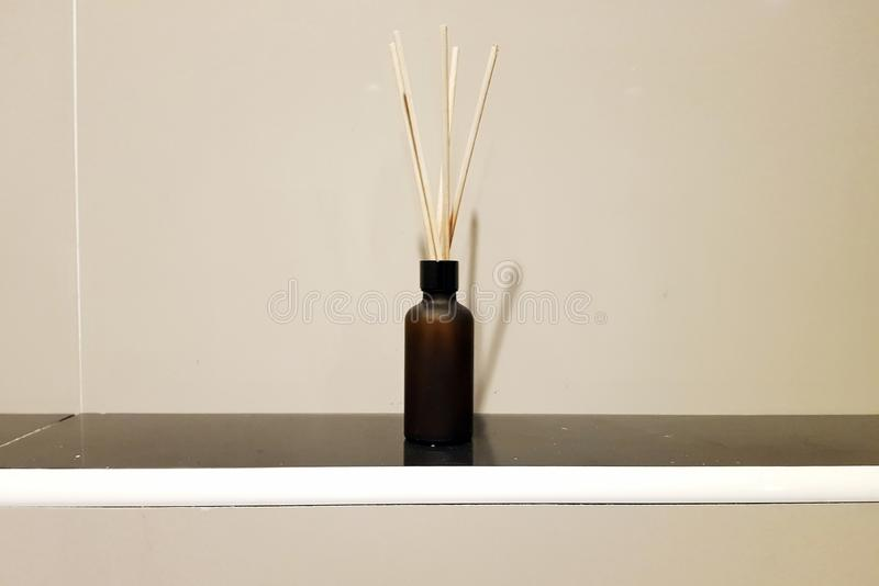 在桌上的芳香芦苇空气清新剂在卫生间里 库存照片