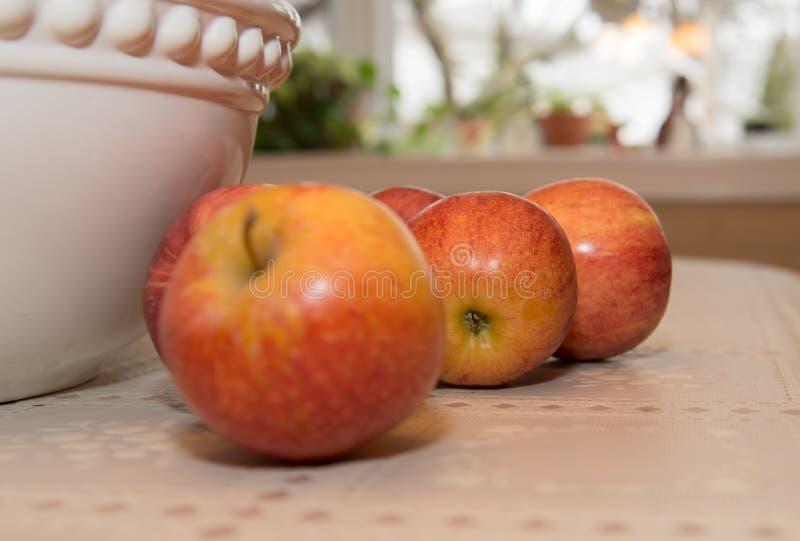 在桌上的苹果与碗 库存照片