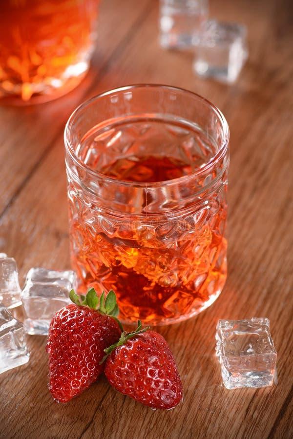 在桌上的草莓利口酒 免版税库存照片