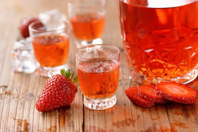 在桌上的草莓利口酒 库存照片