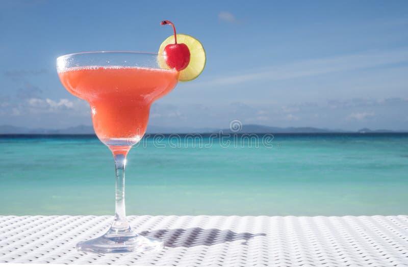在桌上的草莓酒鸡尾酒在海滩餐馆 免版税库存照片