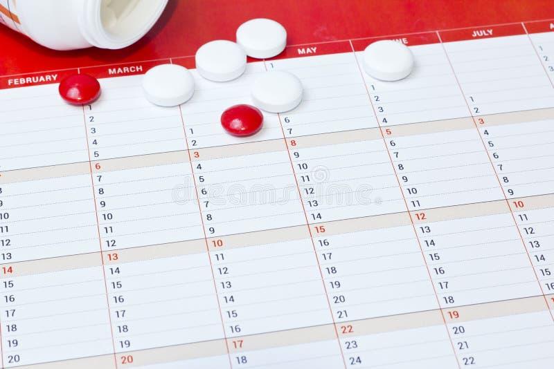 在桌上的药片银行疹  免版税库存照片