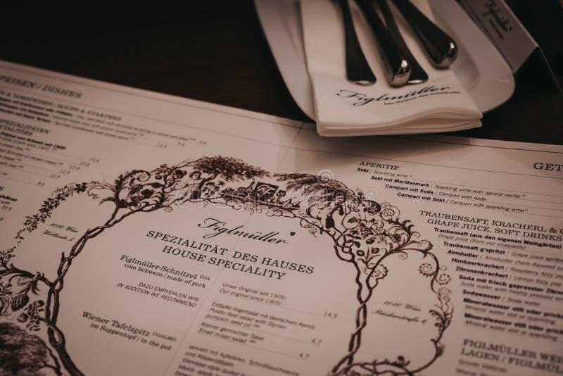 在桌上的菜单在Wollzeile餐馆的Figlmuller在维也纳,奥地利 免版税库存图片