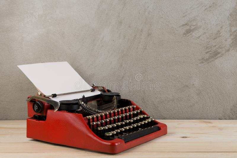 在桌上的葡萄酒打字机与白纸-写的,新闻事业概念,写博克 库存图片
