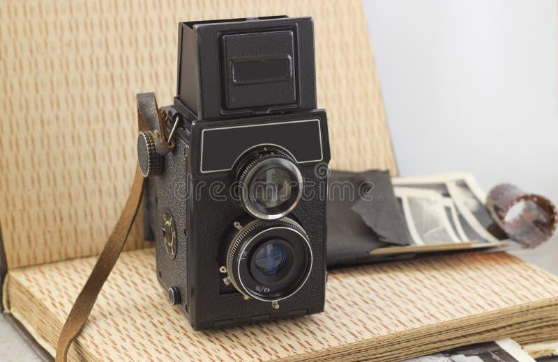 在桌上的葡萄酒照相机 免版税图库摄影