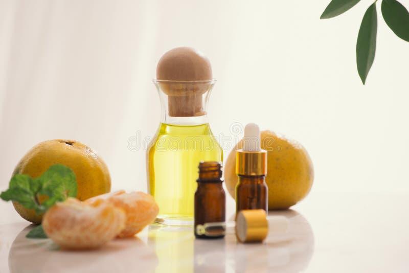 在桌上的蜜桔油在轻的背景 库存照片