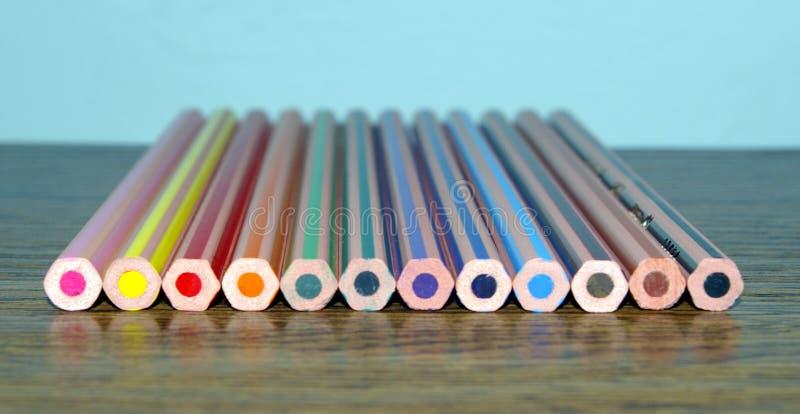在桌上的蜡笔 免版税库存图片