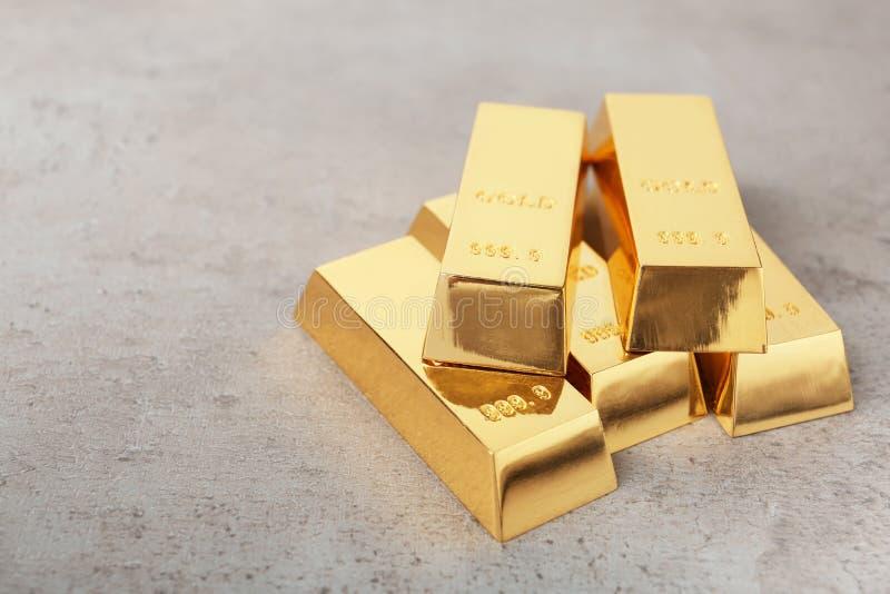 在桌上的被堆积的发光的金制马上的齿龈 库存图片