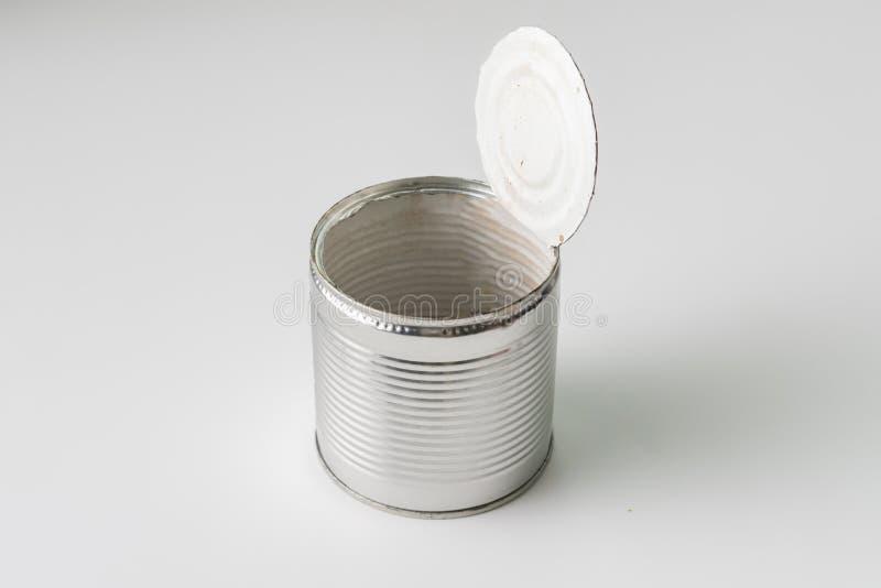 在桌上的被打开的锡罐没有从食物的残羹剩饭,膳食concervations 库存照片