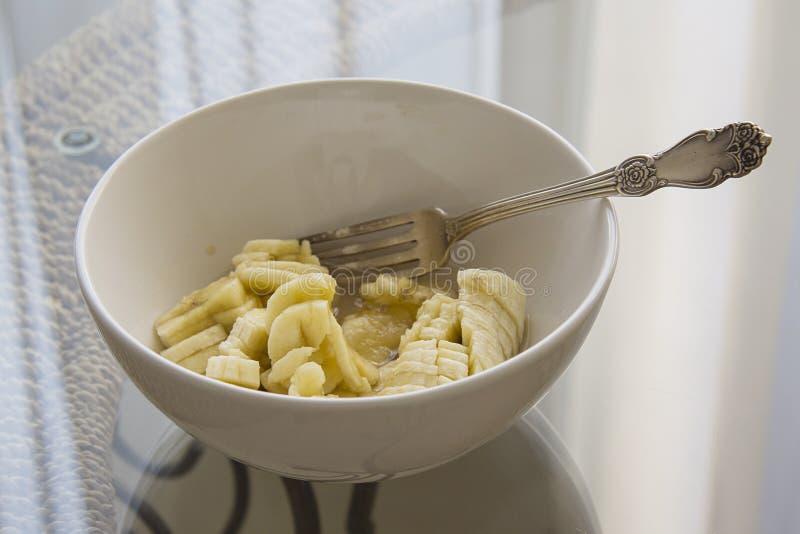 在桌上的被捣碎的香蕉碗 免版税库存照片