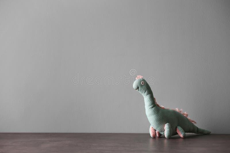 在桌上的被放弃的玩具恐龙 库存照片