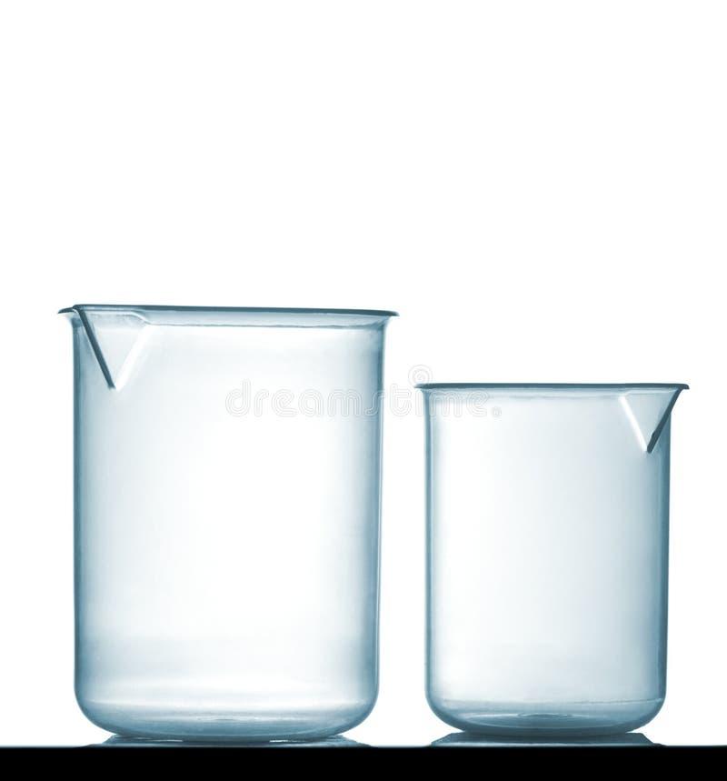 在桌上的被隔绝的化工塑料烧杯 库存图片