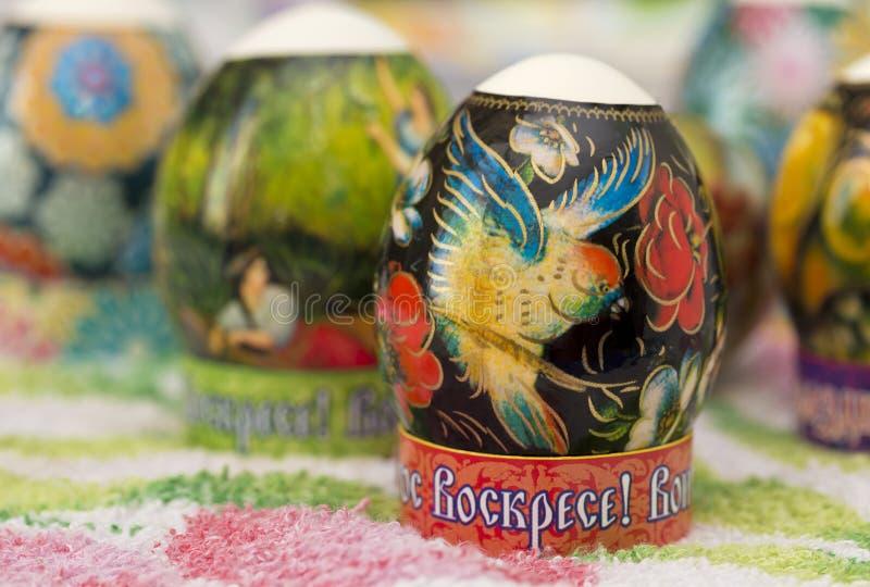 在桌上的装饰的复活节彩蛋 库存照片