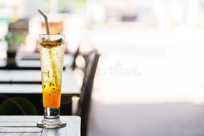 在桌上的西番莲果柠檬水在一个夏天咖啡馆在泰国 r 库存照片