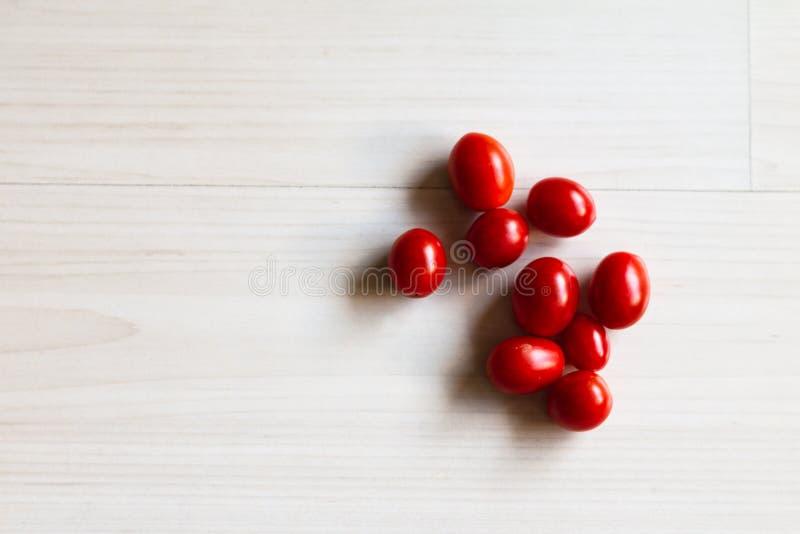 在桌上的西红柿 免版税库存图片