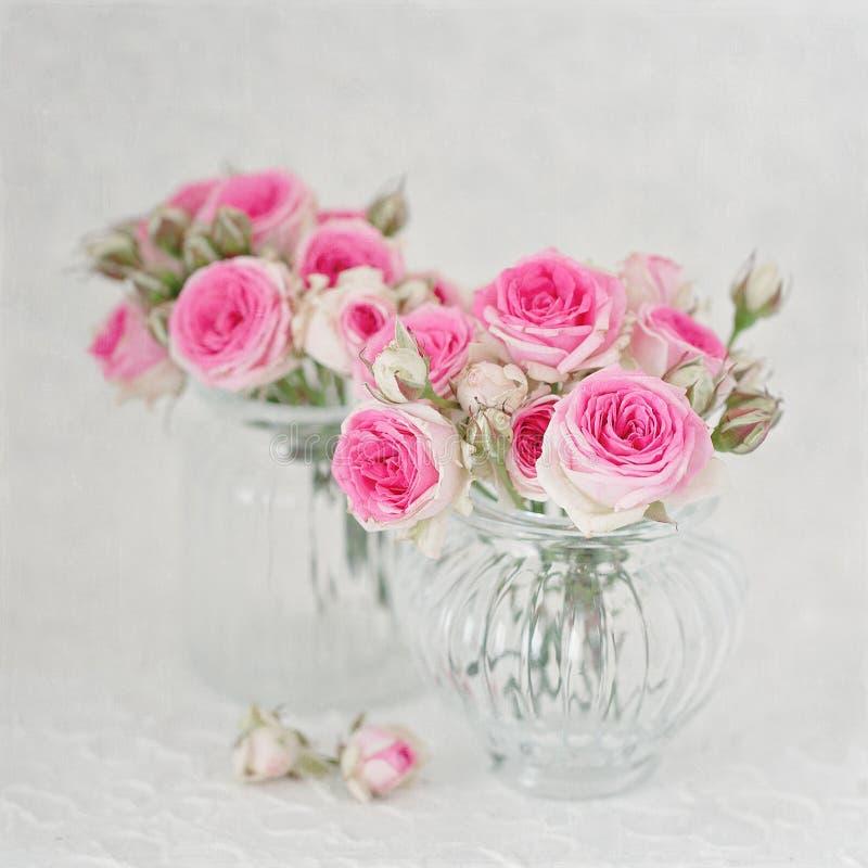 在桌上的许多美丽的新鲜的桃红色玫瑰 免版税库存图片