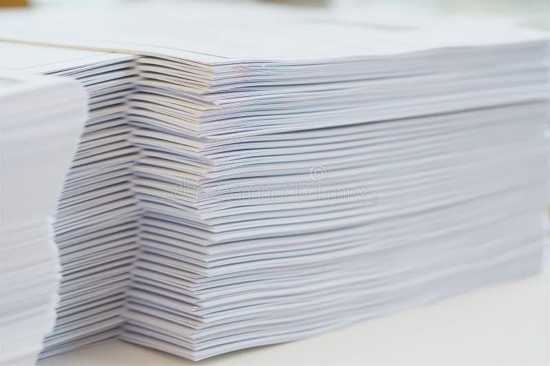 在桌上的赠送品在办公室 免版税图库摄影