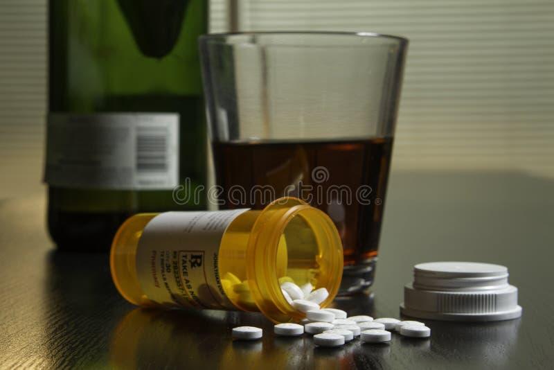 在桌上的酒和处方药片,水平 免版税库存图片