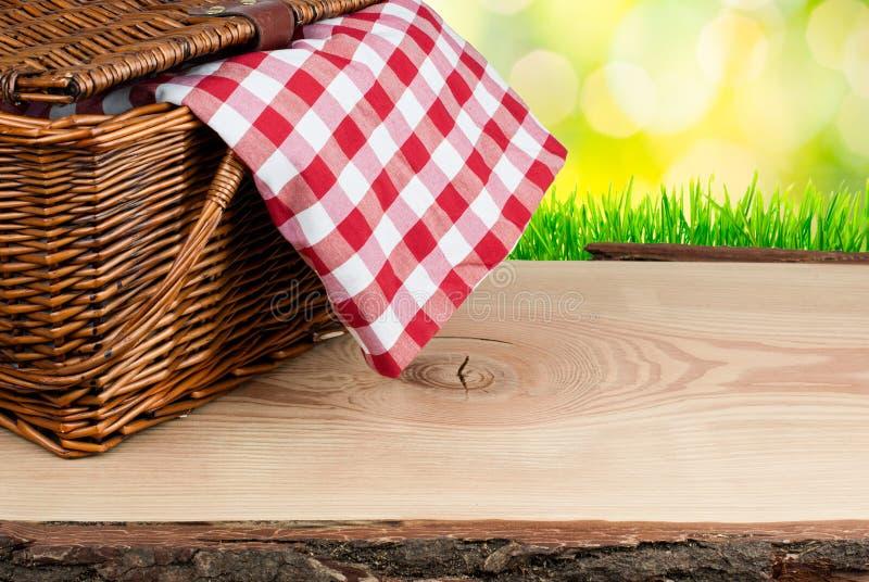 在桌上的野餐篮子与检查穿衣 库存图片