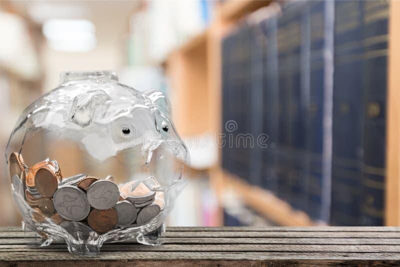 在桌上的金钱猪 免版税库存照片