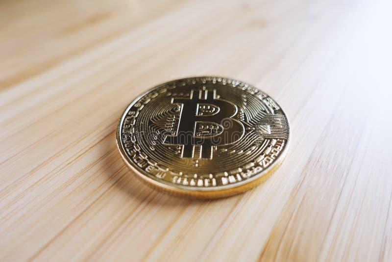 在桌上的金bitcoin 库存照片