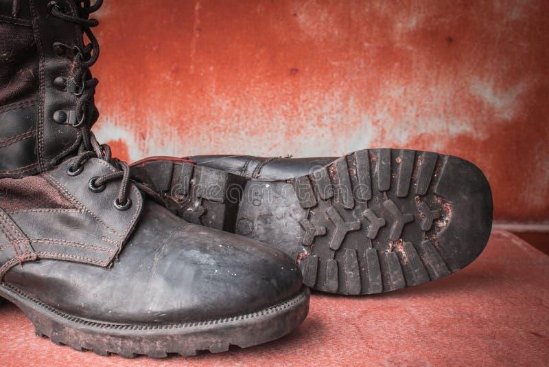 在桌上的长统靴 免版税库存图片