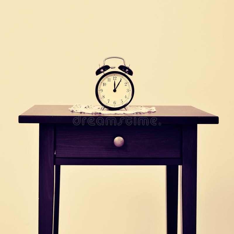 在桌上的闹钟 库存照片