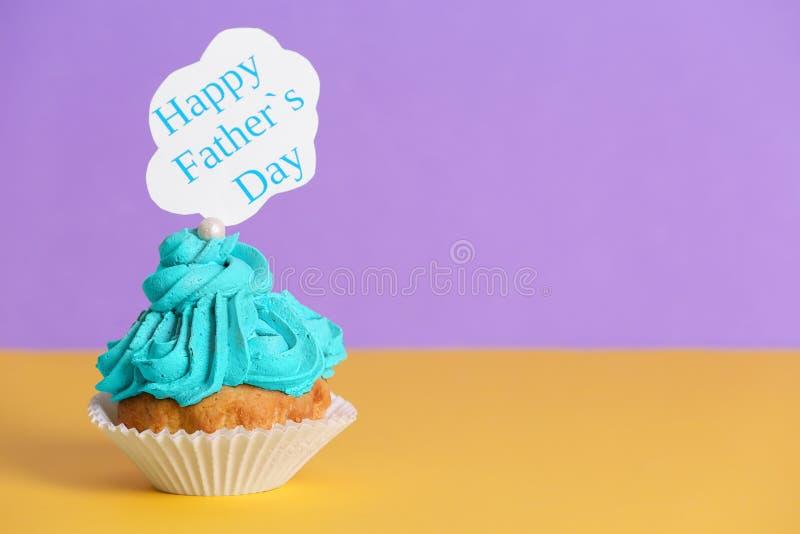 在桌上的鲜美杯形蛋糕 日父亲s 图库摄影