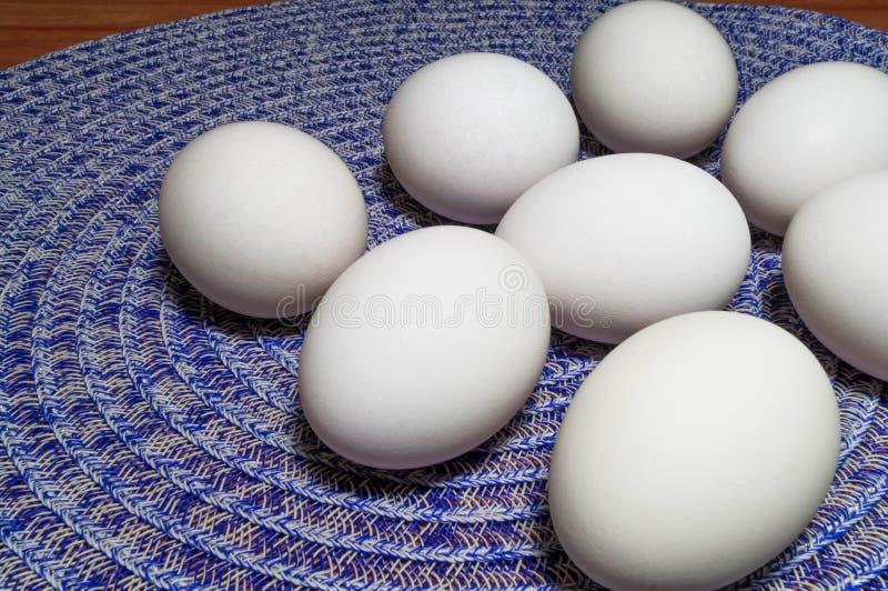 在桌上的鸡蛋 库存图片