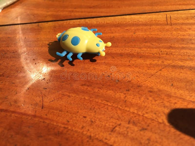 在桌上的黄色玩具 photograpy的电话 库存图片