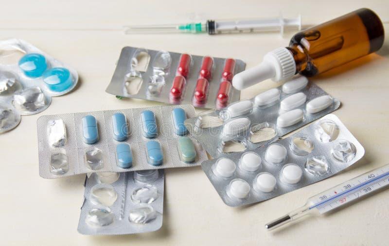 在桌上的医疗设备 免版税库存图片
