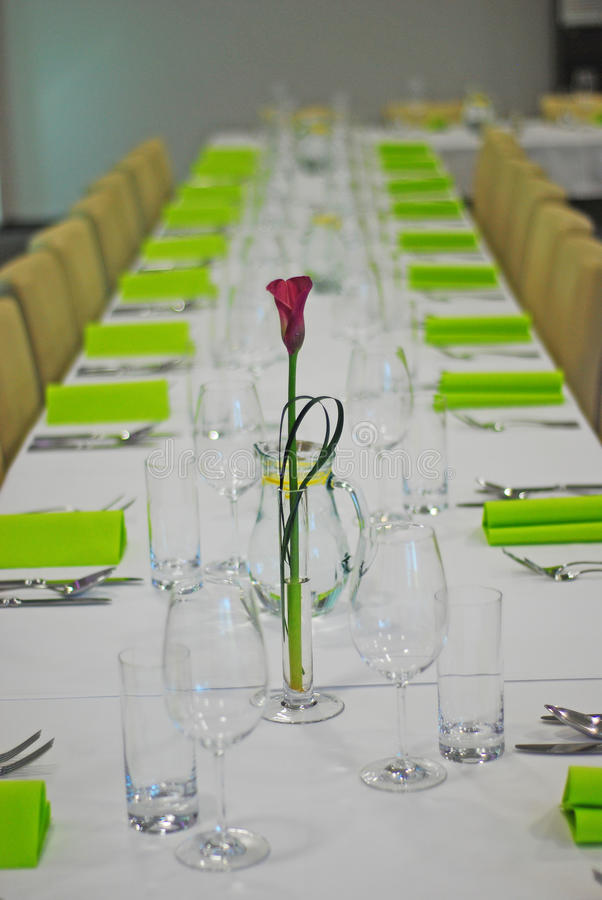 在桌上的紫色花 免版税库存照片