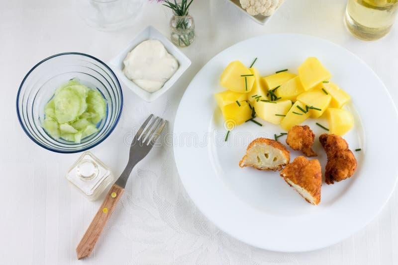 在桌上的Braded花椰菜与白色布料 免版税图库摄影