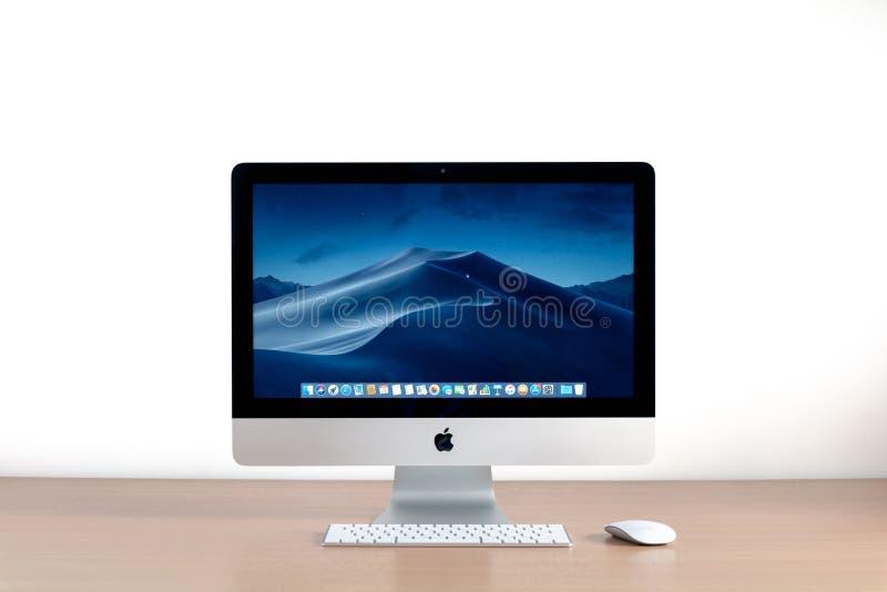 在桌上的Imac计算机 免版税库存图片
