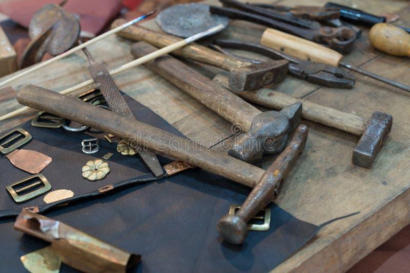在桌上的Metalsmith工具 免版税图库摄影