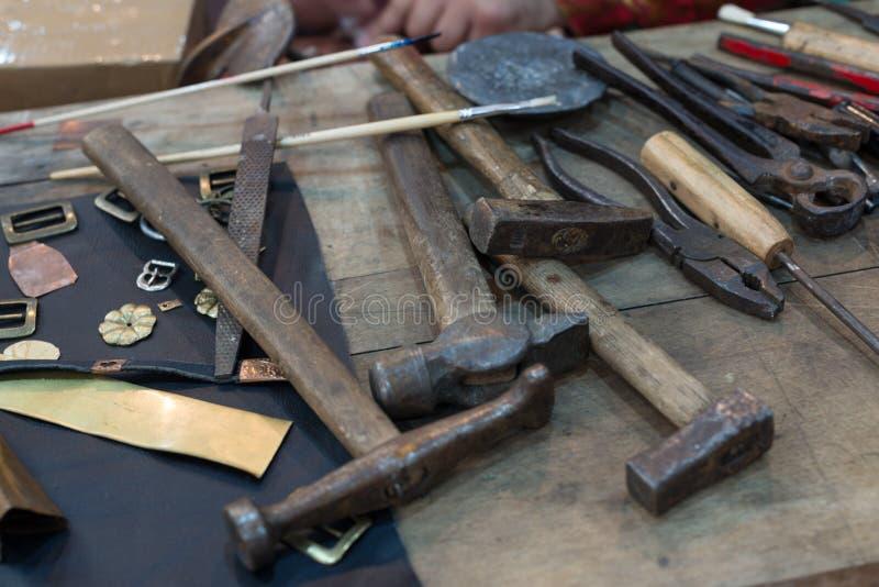 在桌上的Metalsmith工具 库存图片