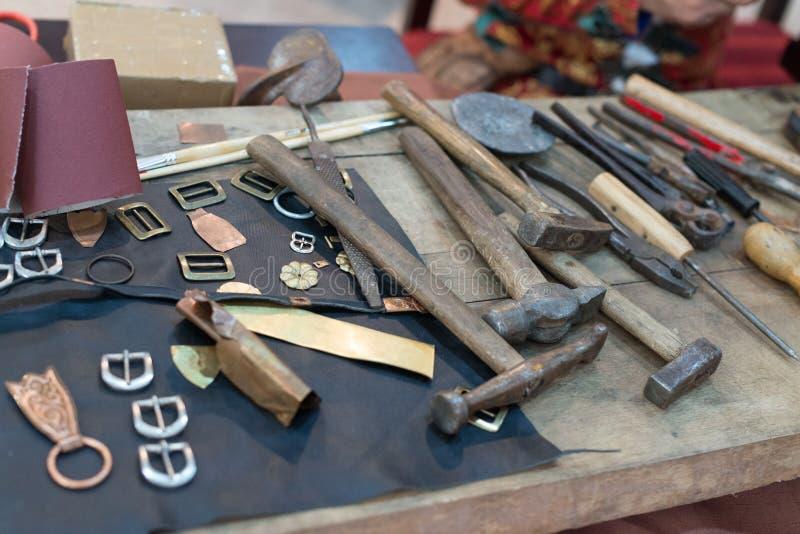 在桌上的Metalsmith工具 免版税库存图片