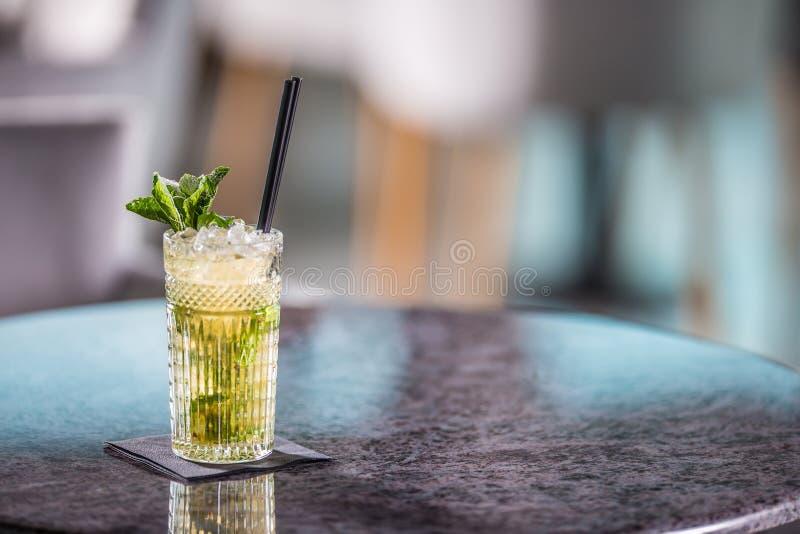 在桌上的Mojito夏天酒精鸡尾酒在餐馆 图库摄影