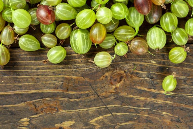在桌上驱散的鹅莓 免版税库存图片