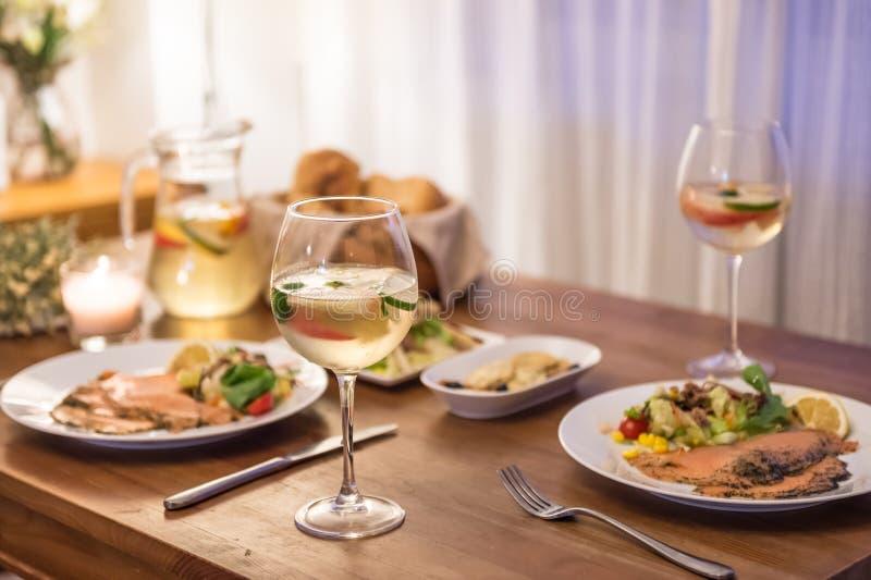 在桌和酒上的食物 免版税库存照片
