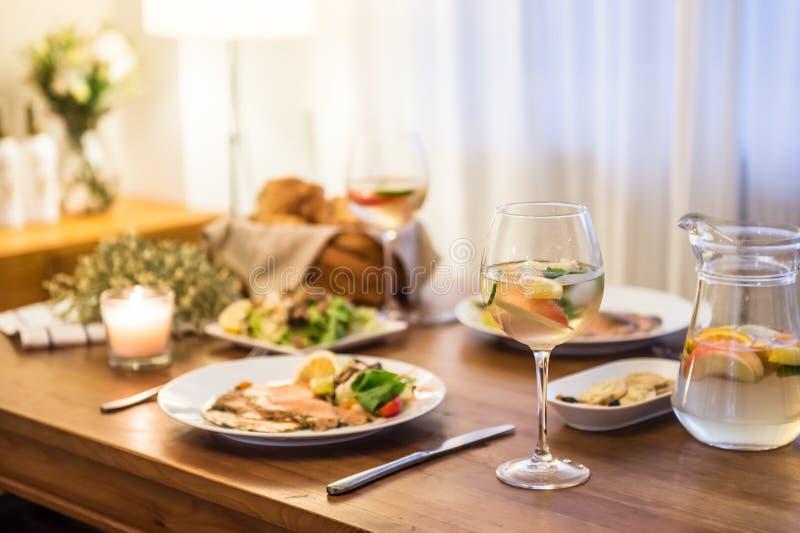 在桌和酒上的食物 免版税库存图片