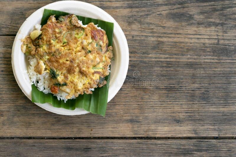 在桌安置的煎蛋卷米 库存照片