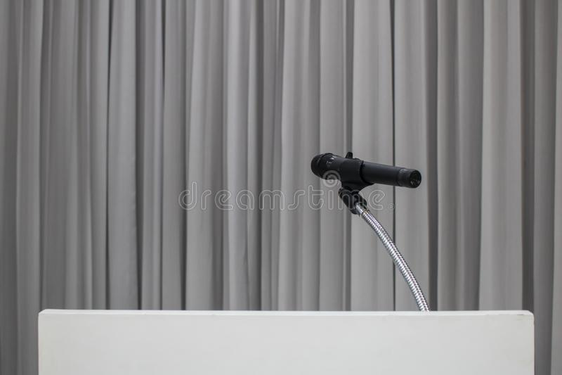 在桌安置的话筒在有拷贝空间的候选会议地点 库存照片