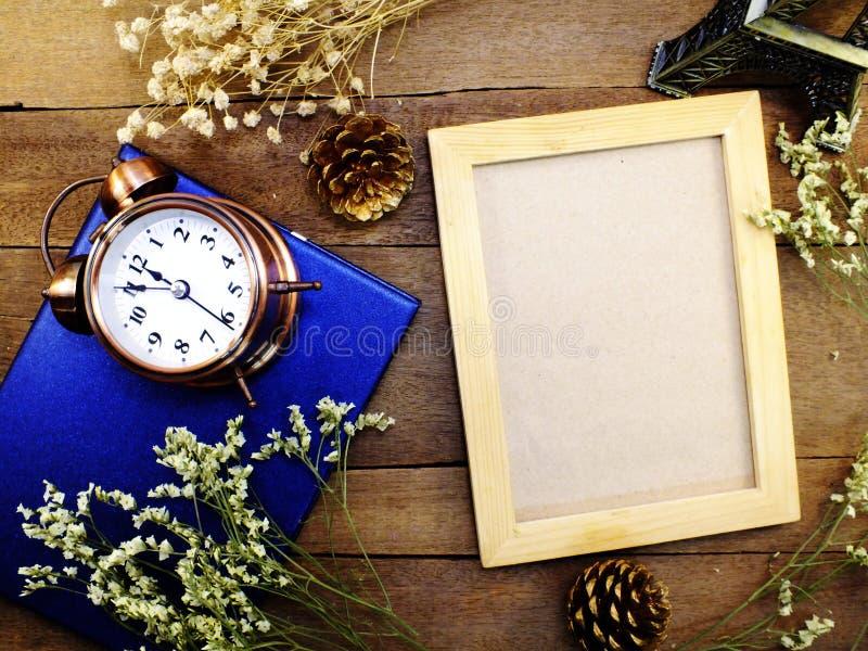 在桌木背景的空白的照片框架 免版税库存图片