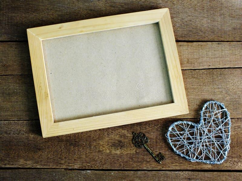在桌木背景的空白的照片框架 库存照片