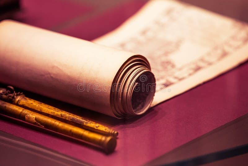 在桌特写镜头的古老纸卷 免版税库存图片