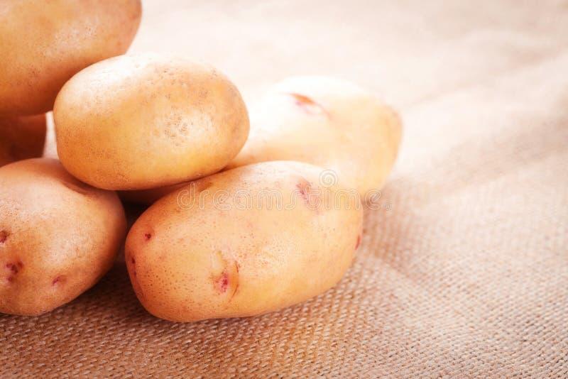Download 在桌特写镜头的土豆肿胀 库存图片. 图片 包括有 browne, 粮食, 食物, 正餐, 种田, 背包, 生态学 - 72359197