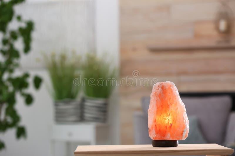 在桌的喜马拉雅盐灯 免版税图库摄影